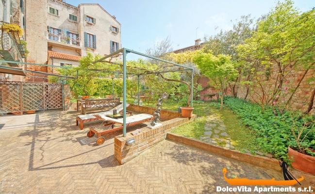 Appartement de luxe venise avec jardin et vue sur le for Appartement le jardin